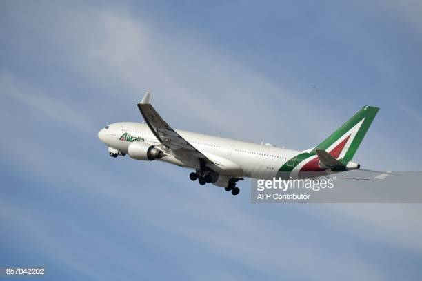 A plane of Italian airline Alitalia takes off at Rome Fiumicino airport on September 6 2017 in Fiumicino / AFP PHOTO / Andreas SOLARO
