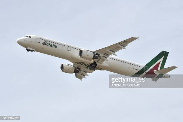 A plane of Italian airline company Alitalia takes off on May 12 2017 at Fiumicino airport near Rome / AFP PHOTO / Andreas SOLARO