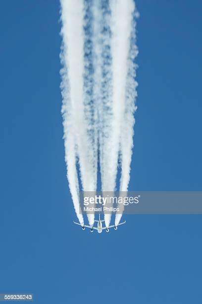 plane overhead - trainée d'avion photos et images de collection