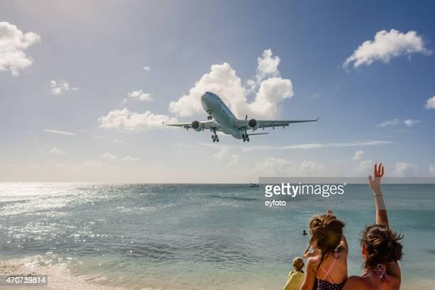 plane spotting - philipsburg sint maarten stockfoto's en -beelden