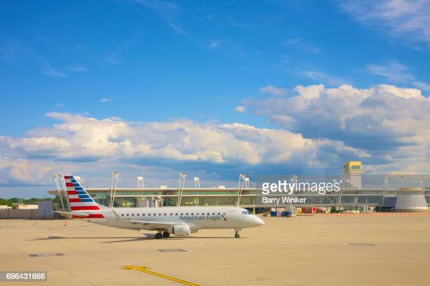 plane taxiing near gate in cleveland - taxiing stock pictures, royalty-free photos & images