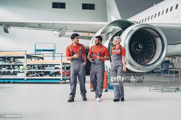 flugzeugtechniker-team - genderblend stock-fotos und bilder
