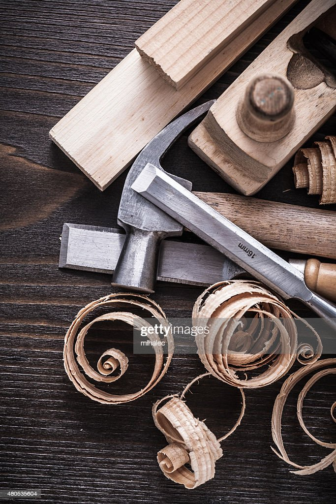 Planer hammer chisels wooden studs and curled shavings on vintag : Stockfoto