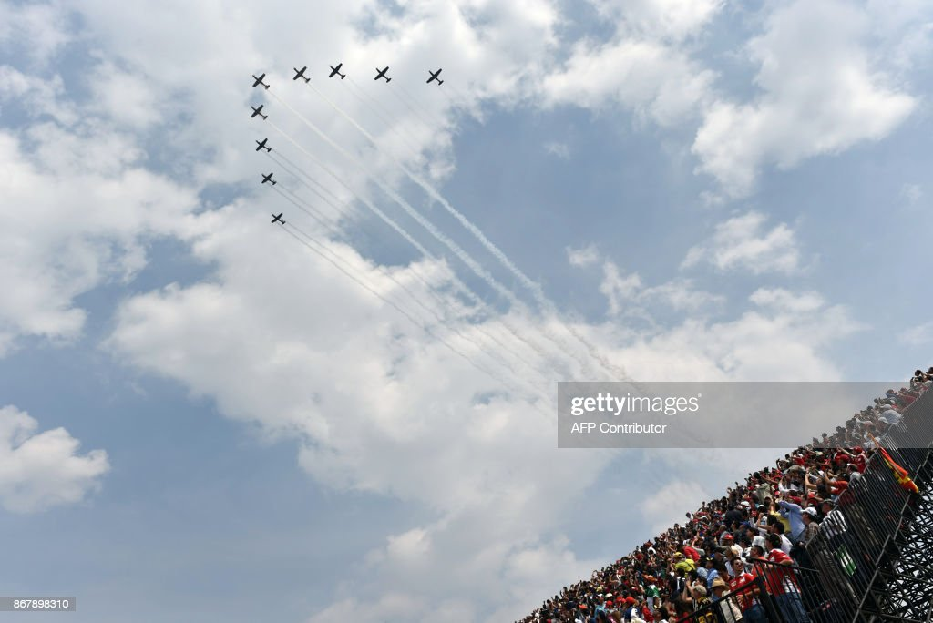 TOPSHOT - Planes perform before the start of the Formula One Mexico Grand Prix race at the Hermanos Rodriguez circuit in Mexico City on October 29, 2017. / AFP PHOTO / Yuri CORTEZ