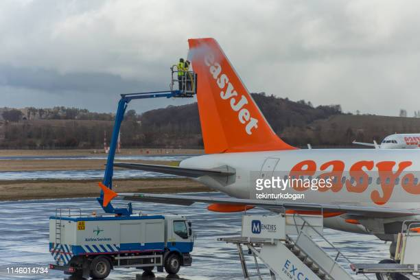 planes ready tode-ice at edinburgh airport runway in scotland england uk - easyjet stock pictures, royalty-free photos & images