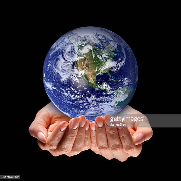 planet erde in händen der pflege, schutz, schwarzer hintergrund - klimaschutz stock-fotos und bilder
