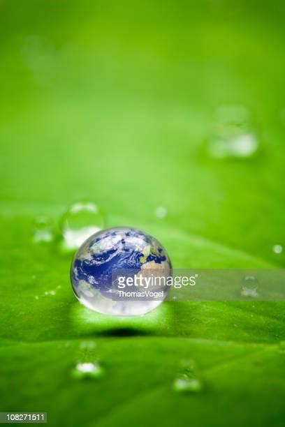 Planet earth waterdrop ます。世界中の葉の自然環境のウォーターワールド