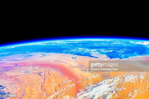 planet earth's horizon, the iss flies over yemen - international space station stock pictures, royalty-free photos & images
