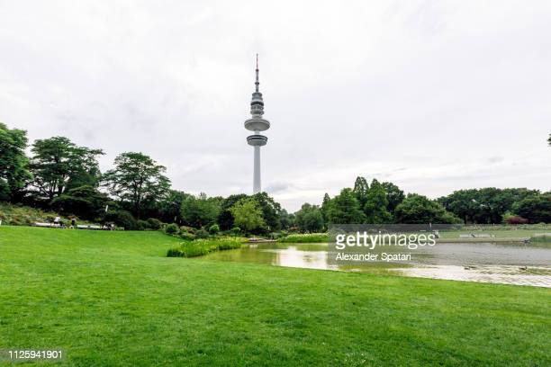 planten un blomen park and hamburg tv tower, hamburg, germany - hamburgo alemania fotografías e imágenes de stock