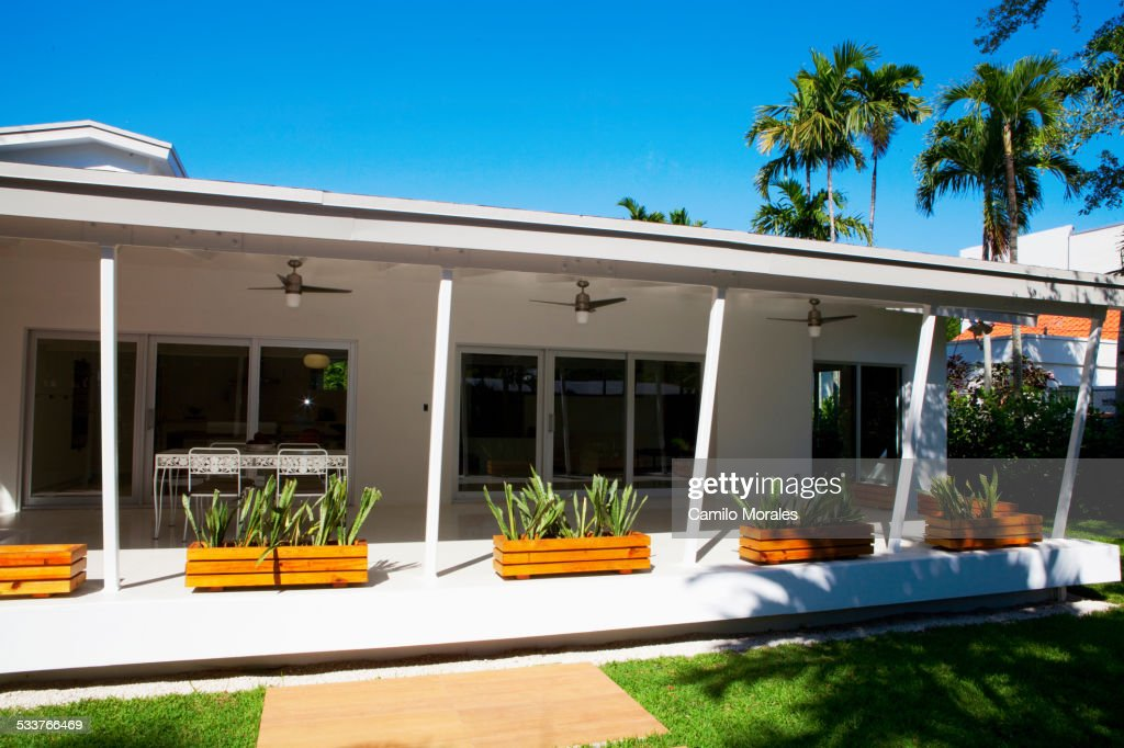 Plants and awning of patio of modern house : Foto stock