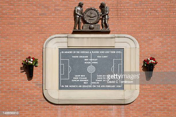 plaque commemorating the munich air disaster on wall of the manchester united football stadium, old trafford. - plane crash site stock pictures, royalty-free photos & images