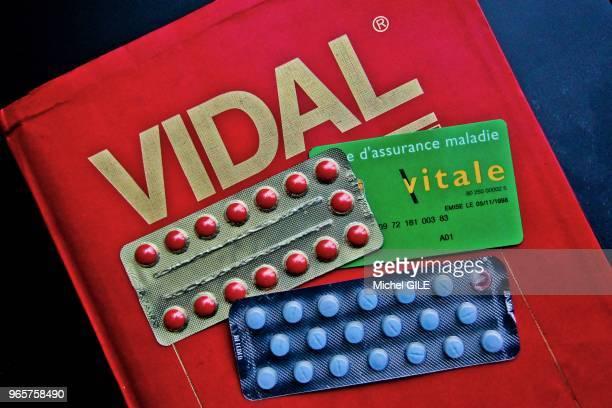 Plaquettes de médicaments carte vitale et dictionnaire Vidal France