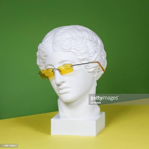 plaster head with yellow sunglasses - modella per artisti foto e immagini stock