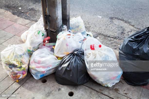 Sacs en plastique avec des déchets