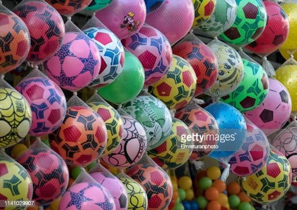 plastic balls for sale in a market stall. - emreturanphoto stock-fotos und bilder
