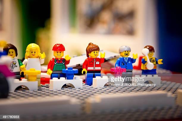 plastic block toy family - représentation humaine photos et images de collection