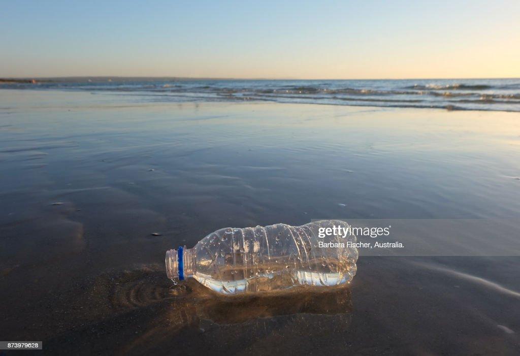 plastic bottle on beach : Stock-Foto