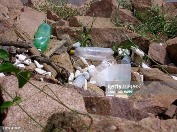 plastic bottle pollution - poluição fotografías e imágenes de stock