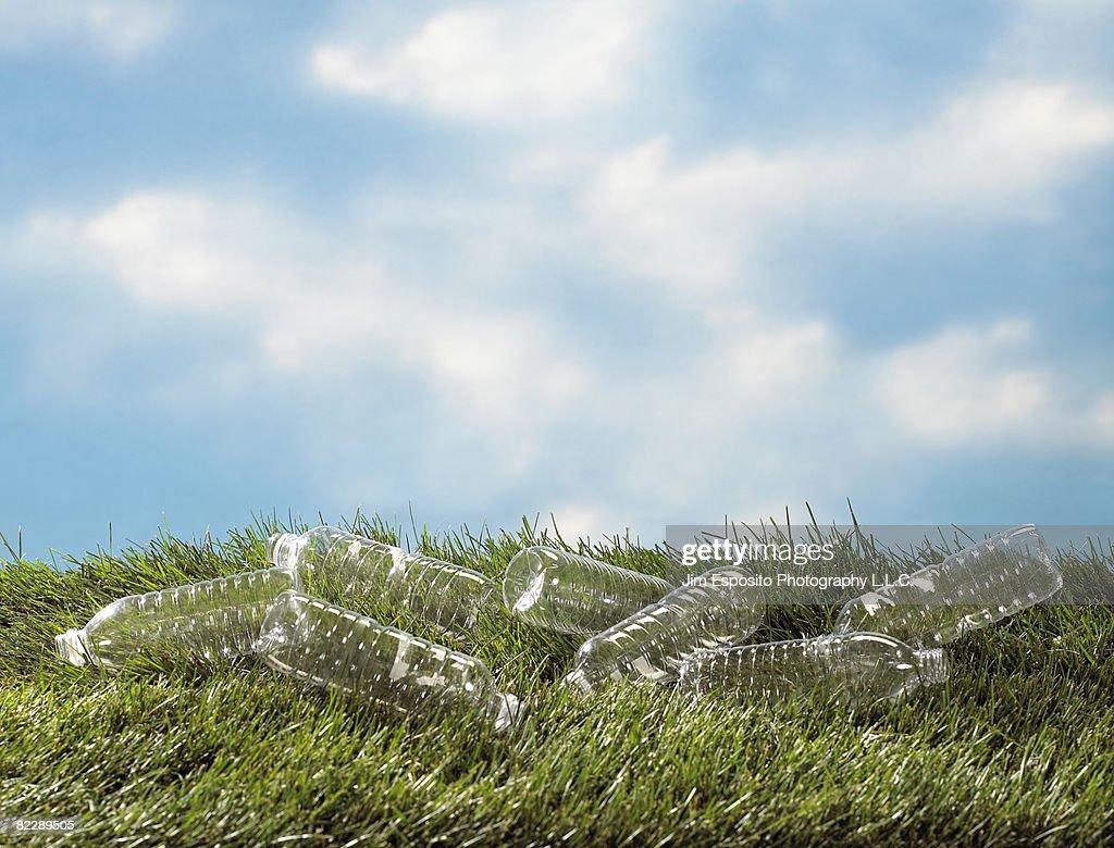 Plastic bottles on grass : Stockfoto