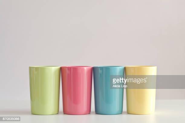 plastic cups - utensílio de cozinha equipamento doméstico - fotografias e filmes do acervo