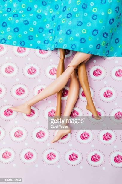plastic dolls  making love.concept - casal heterossexual - fotografias e filmes do acervo