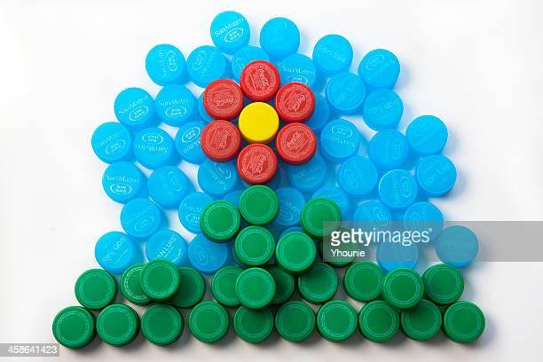 プラスチックの花 - 瓶のキャップ ストックフォトと画像