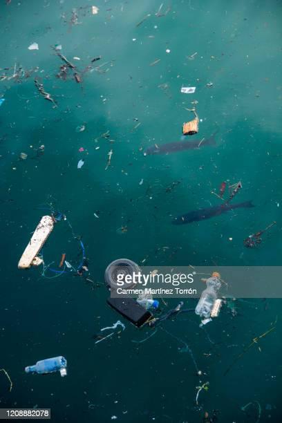 plastic pollution in ocean problem. - watervervuiling stockfoto's en -beelden