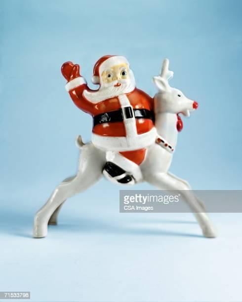 plastic santa claus and reindeer - kitsch - fotografias e filmes do acervo