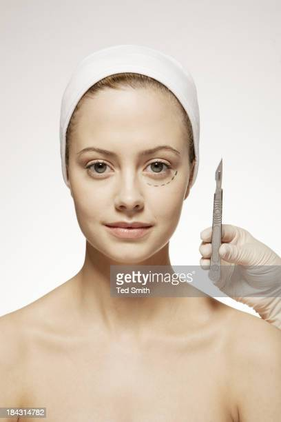 Kunststoff Chirurg markieren woman's face