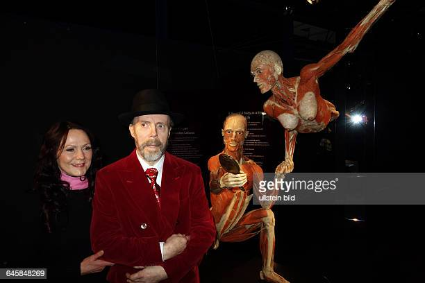 Plastinator Gunther von Hagens und seine Ehefrau Angelina Whalley aufgenommen im Menschen Museum memu Körperwelten von Plastinator Gunther von Hagens...