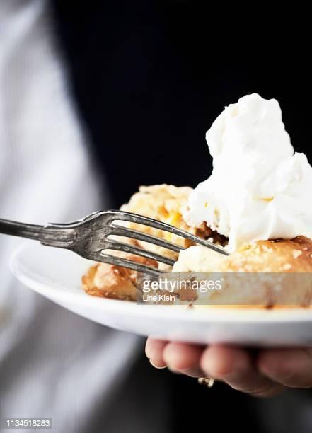 plate of apple pie with cream - klein bildbanksfoton och bilder