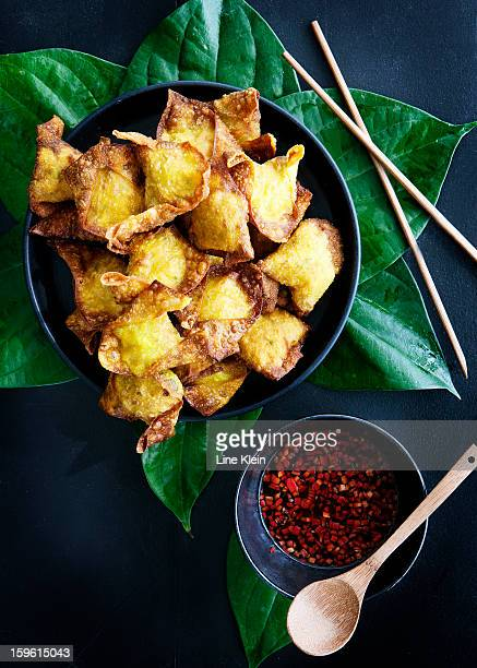 plate of deep fried dumplings with sauce - klein bildbanksfoton och bilder
