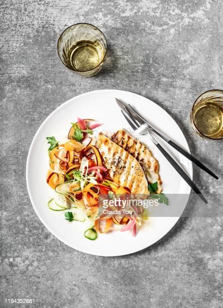 a plate of grilled chicken with carrot salad on gray background - prato de soja - fotografias e filmes do acervo
