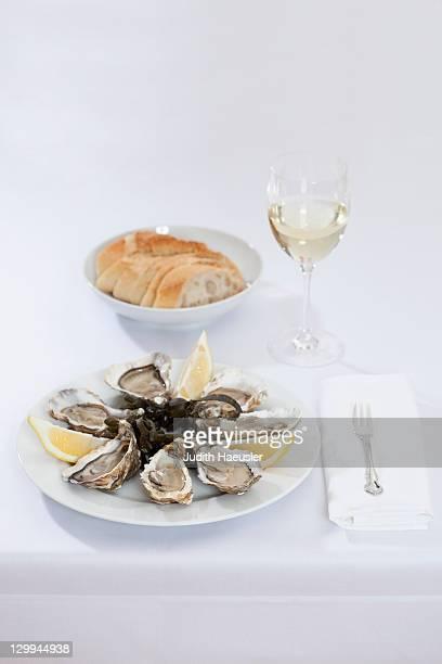Teller Austern und Brot