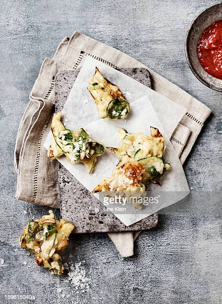 plate of zucchini fritters with dip - empanado - fotografias e filmes do acervo
