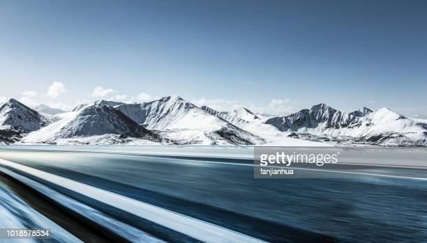 plateau road,tibet - 深い雪 ストックフォトと画像
