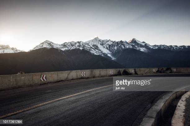 Plateau snow mountain road