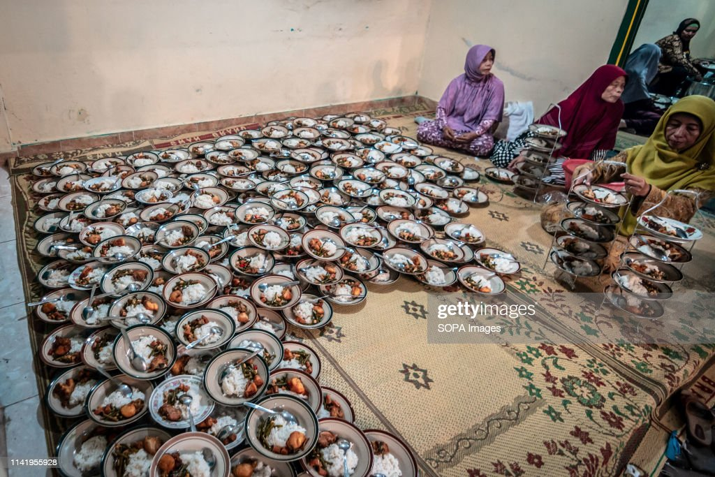 Plates of food of Indonesian Muslims gathered for iftar (... : News Photo