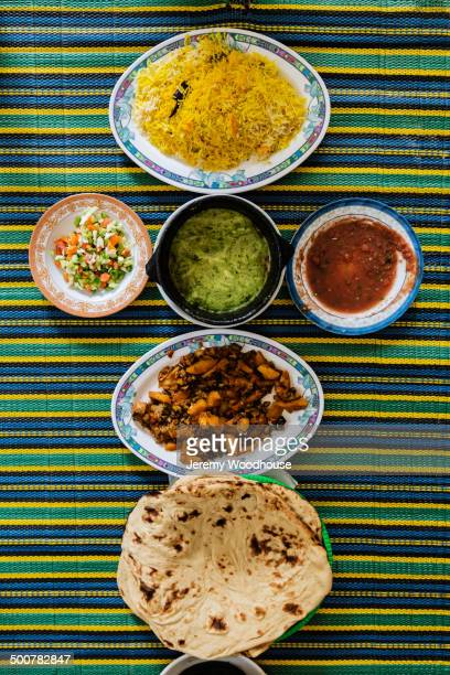 plates of yemeni food on striped tablecloth - tradição - fotografias e filmes do acervo