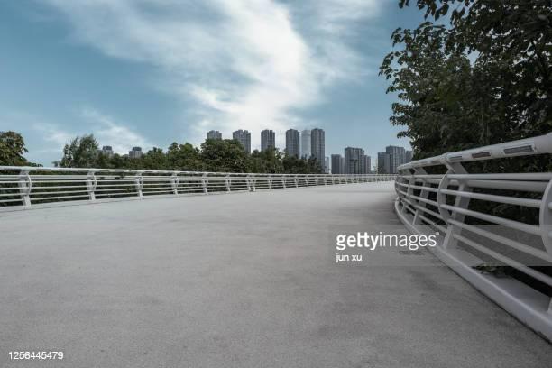 platform in front of nanjing eye footbridge - nanjing road stockfoto's en -beelden