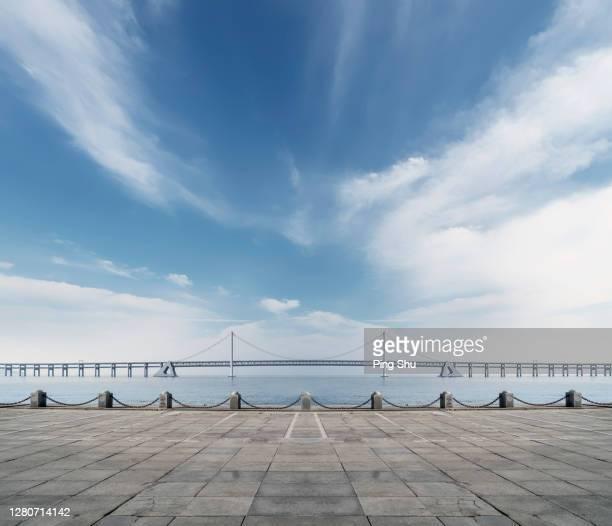 platforms and bridges by the sea - molo foto e immagini stock