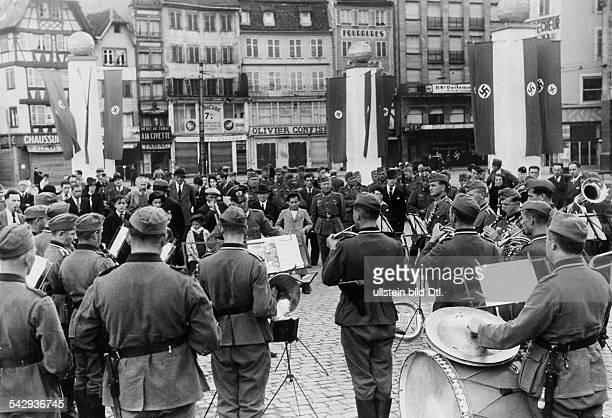 Platzkonzert deutscher Soldaten auf dem Place Kleber Strassburg ElsassLothringen veröff 1940