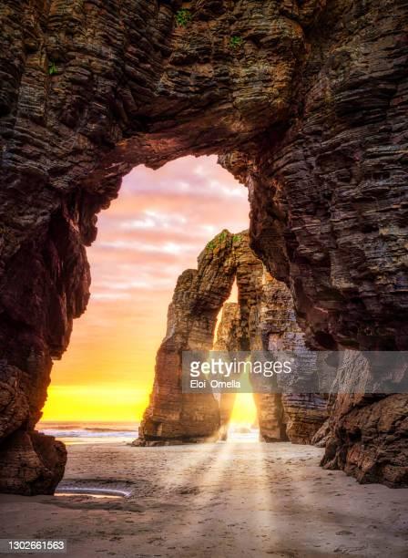 playa de las catedrales cathedral beach in galicia spain - catedral fotografías e imágenes de stock