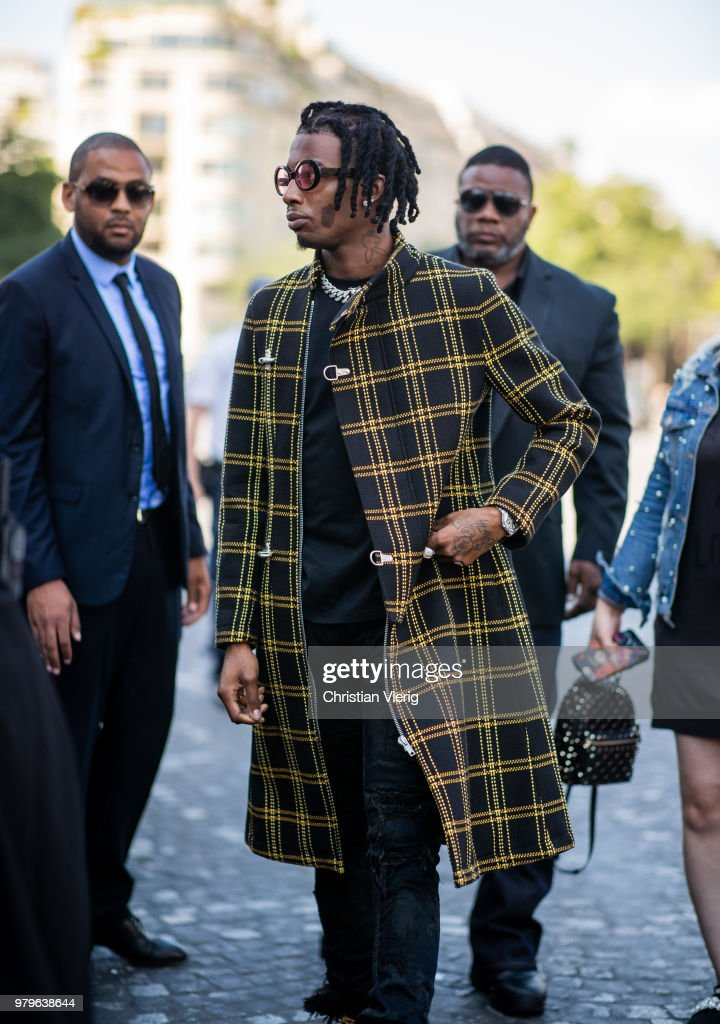 Street Style -Paris Fashion Week - Menswear Spring-Summer 2019 : Day Two : Fotografía de noticias