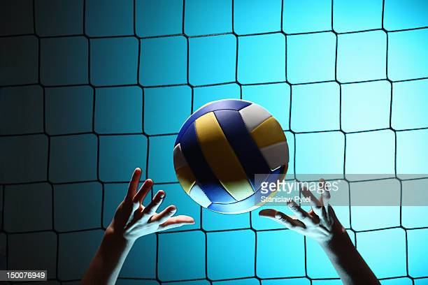 player bouncing volleyball ball - volleyball mannschaftssport stock-fotos und bilder