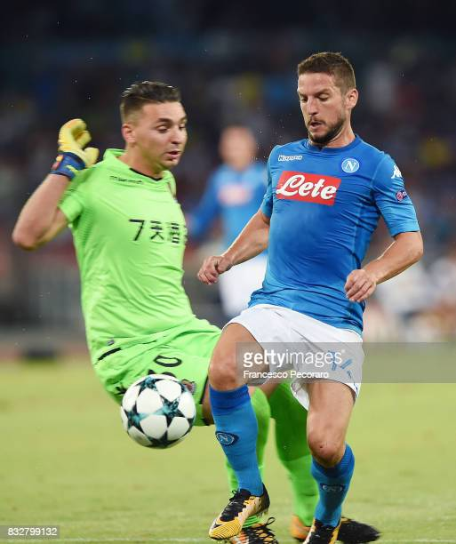 Player of SSC Napoli Dries Mertens scores the 10 goal during the UEFA Champions League Qualifying PlayOffs Round First Leg match between SSC Napoli...