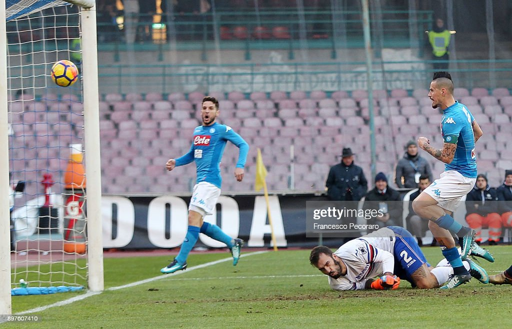 Player of SSC Napoli Marek Hamsik scores the 3-2 goal during the Serie A match between SSC Napoli and UC Sampdoria at Stadio San Paolo on December 23, 2017 in Naples, Italy.