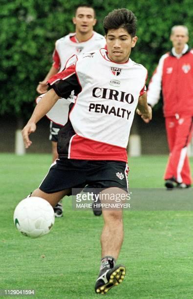 A player of the soccer club of San Pablo Sandro Hiroshi participates in a training exercise 20 October 1999 San Paablo Brazil El atacante Sandro...