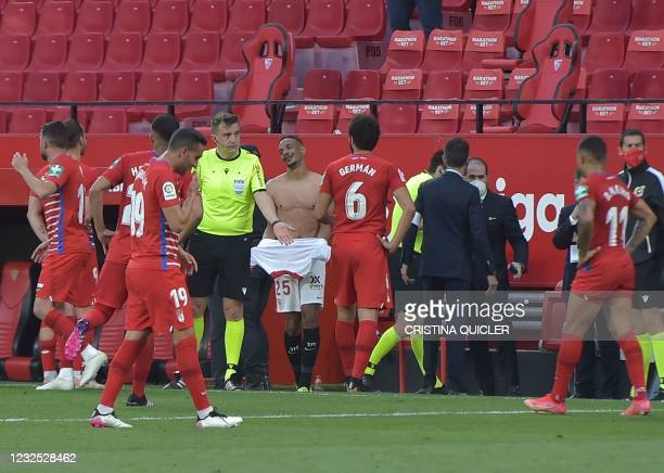 Player return to the pitch to play one more minute after Granada's players argue with Spanish referee Ricardo de Burgos Bengoetxea during the Spanish...