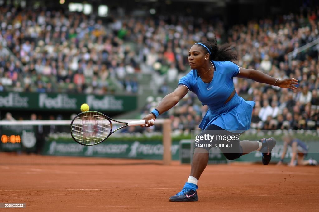 TOPSHOT - US player Serena Williams returns the ball to Spain's Garbine Muguruza during their women's final match at the Roland Garros 2016 French Tennis Open in Paris on June 4, 2016. / AFP / MARTIN